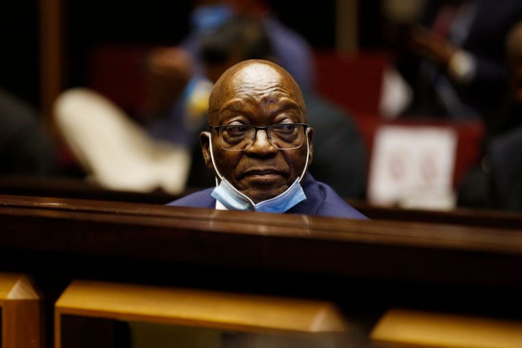 Jacob Zuma voor het Hooggerechtshof in Pietermaritzburg bij de start van zijn corruptiezaak in mei. Beeld AP