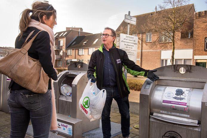 Afvalcoach Ad Nuiten aan het werk in Breda: hij geeft advies over afvalscheiding. Volgend jaar gaan er ook coaches aan de slag in Etten-Leur.
