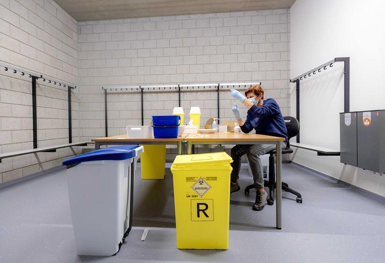 Een medewerker van de GGD, niet in Noord-Limburg, maakt een vaccinatie klaar. Beeld ANP