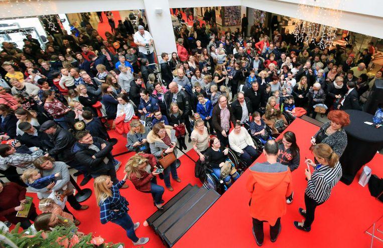 Acteurs Loes Van den Heuvel (Carmen), An Swartenbroeckx (Bieke) en Herman Verbruggen (Marcske) begroeten hun massa fans.