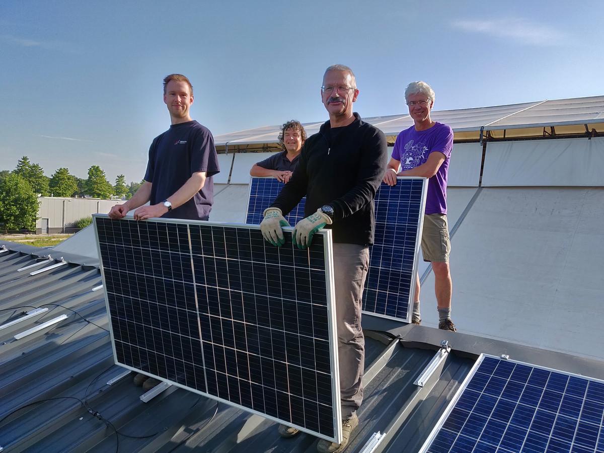 Buurtschap Rijsbergen postte in juli op de eigen Facebooksite een foto van de installatie van de zonnepanelen