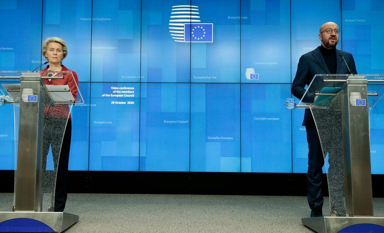 President van de Europese Commissie Ursula von der Leyen en de president van de Europese Raad Charles Michel tijdens een persconferentie. Beeld AP
