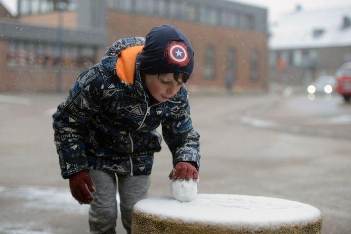 Sneeuw in regio Leuven: de perfecte sneeuwbal rollen.