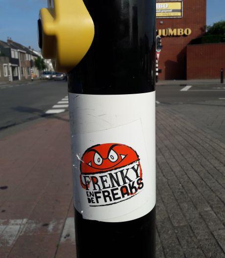 Stickers in Tilburg. Al is het nat, de sticker van Frenky en de Freaks blijft lekker kleven