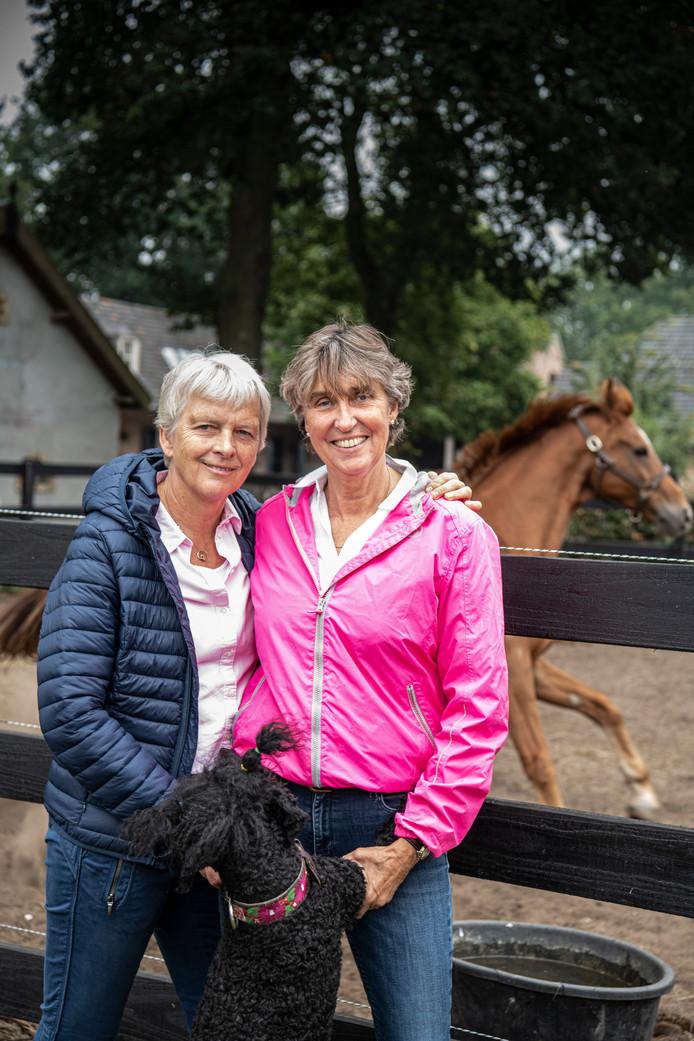 De oprichters van de zorgboerderij. Noudje van Bussel (l), Doris van Vuuren en poedel Ieniemienie.