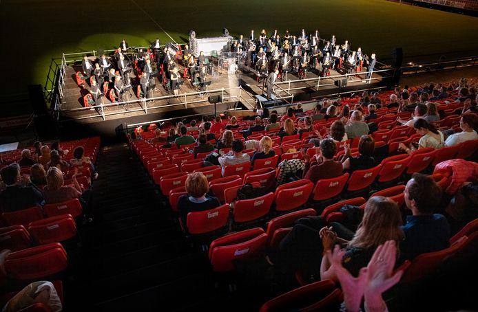 De Philips Harmonie toont in het Philips Stadion zorgmedewerkers de waardering voor hun werk.