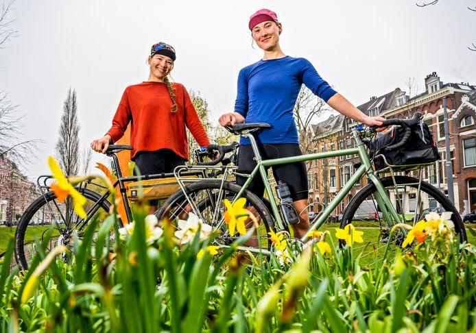 Irene Maaskant (rechts) en Laura Maat uit Rotterdam maken hun reizen het allerliefst met de fiets.