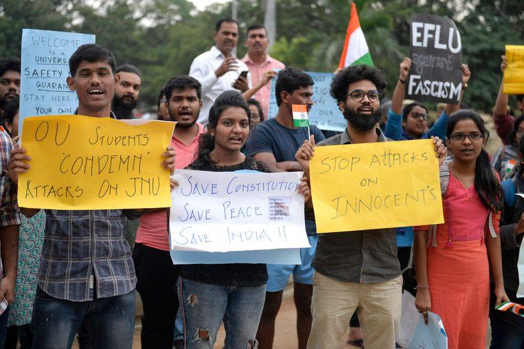 Studenten protesteren tegen een aanval op de prestigieuze Jawaharlal Nehru University. Beeld AFP