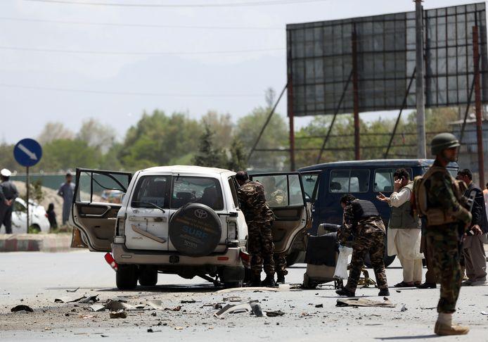 Afghaanse veiligheidstroepen inspecteerden maandagochtend een auto die beschadigd werd bij een bomexplosie in Kaboel. Er vielen geen doden.