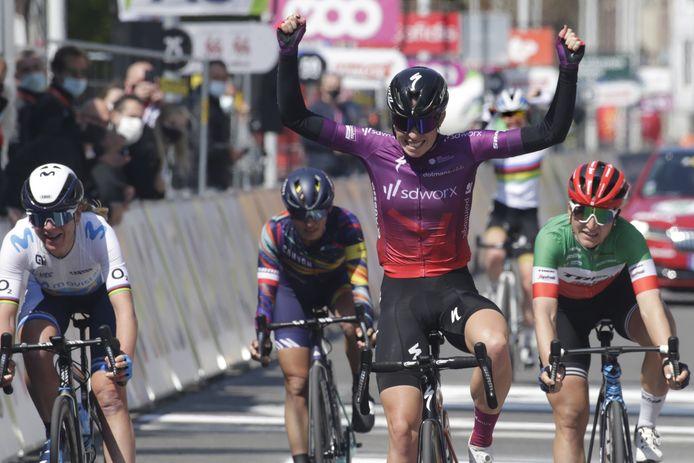 Elisa Longo Borghini (rechts, derde plek) is een ploeggenote van Shirin van Anrooij, die zelf 48ste werd.