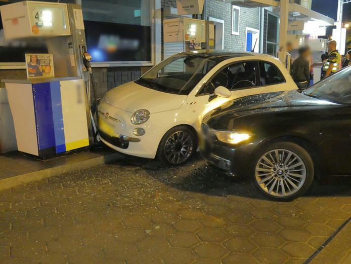 Een auto bij het tankstation werd uit het niets geramd.