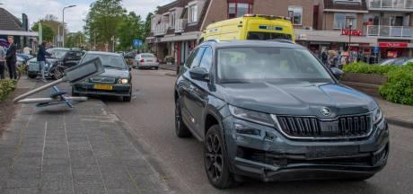 Auto's botsen op elkaar in centrum Vroomshoop