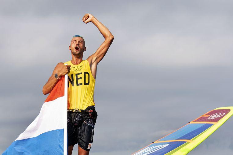 Kiran Badloe viert zijn gouden medaille in de RS:X . Beeld ANP / Olaf Kraak