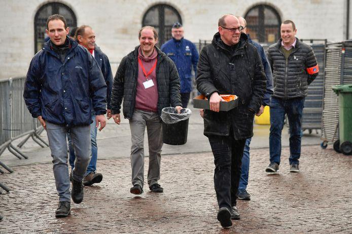 Leden van het Ros Beiaardcomité komen aan met de polsbandjes. De bedeling startte een uur vroeger dan voorzien, gezien de grote massa wachtenden in de Kerkstraat.