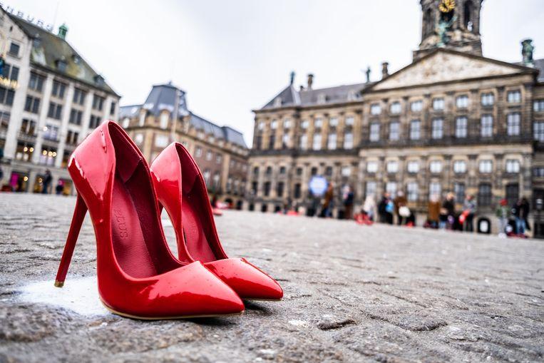Eerder dit jaar werden er 35 paar rode hakken op de Dam in Amsterdam geplaatst plaatsten uit protest tegen femicide.  Beeld Joris van Gennip