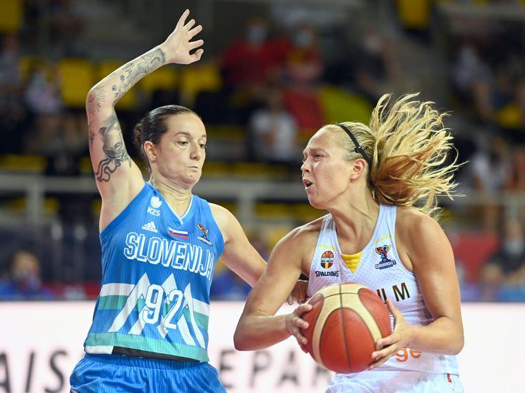 De Sloveense Nika Baric verdedigt op Julie Allemand, in Straatsburg. Beeld Photo News