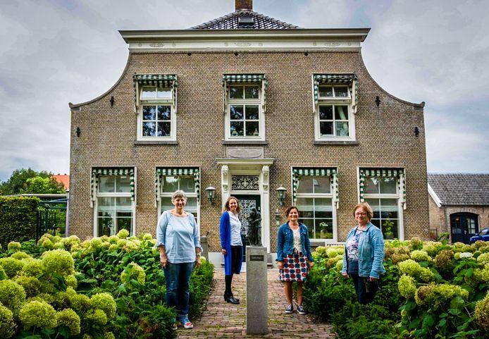Caroline Wols (midden links) en Anja van Velde (midden rechts) met hun medebestuursleden.