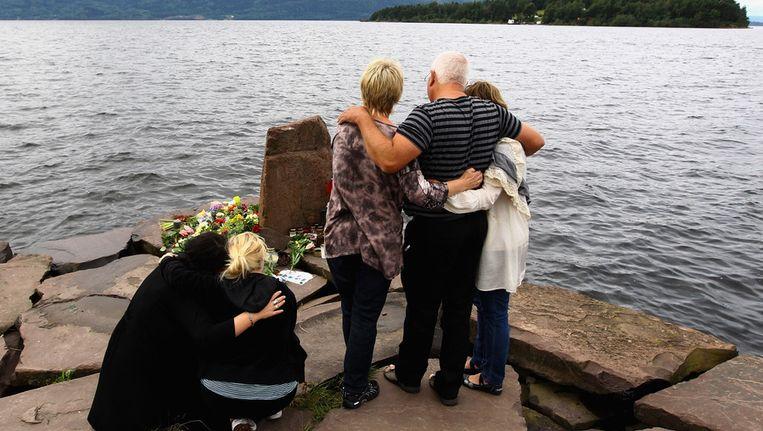 Nabestaanden nemen een minuut stilte in acht tegenover het eiland Utoya. Beeld getty