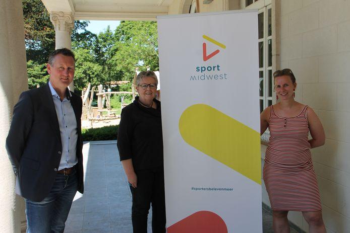Sport Midwest-voorzitter Kurt Windels,  bestuurslid Ria Beeusaert-Pattyn en Annelies Schelpe van de Izegemse sportdienst;