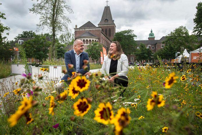 Tim van Leeuwen en Margot Guikers op de bloemrijke campus van Breda University of Applied Sciences.