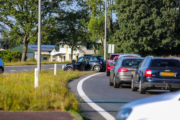 Eén verkeersdeelnemer probeerde zich te onttrekken aan de ontstane file (rechts) en werd door de politie aangesproken toen hij door de middenberm probeerde te rijden.