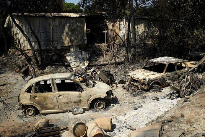 Uitgebrande wagens nabij Grimaud.