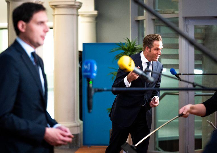 Minister Wopke Hoekstra van Financien (CDA) en Minister Hugo de Jonge van Volksgezondheid, Welzijn en Sport (CDA) komen gebroederlijk naar buiten na afloop van de ministerraad in de Trêveszaal.  Beeld Freek van den Bergh / de Volkskrant