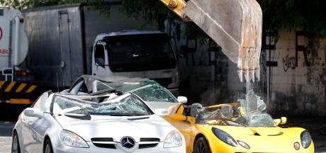 Gesmokkelde sportwagens met kraan vernietigd
