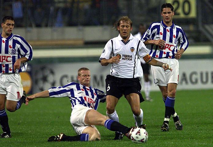 Johan Hansma zet zijn voet voor Mendieta (M). Links Anthony Lurling en uiterst rechts Radomski.