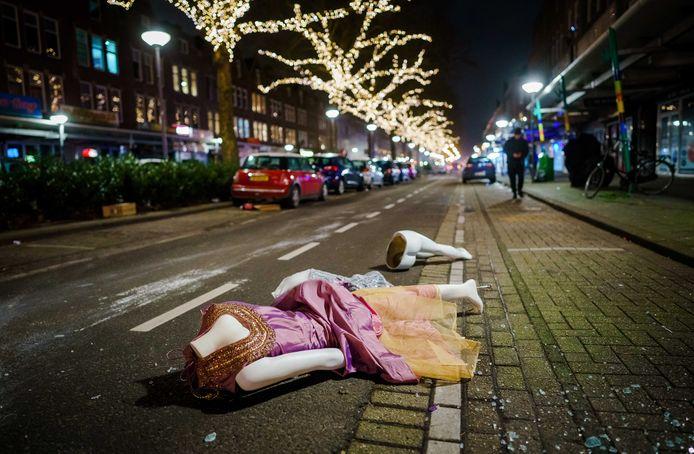 Paspoppen liggen op straat nadat een grote groep jongeren de confrontatie met de politie heeft gezocht op de Beijerlandselaan in Rotterdam.