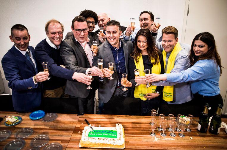 DEN HAAG - Groep de Mos (met De Mos links midden) viert de overwinning op het Stadhuis in Den Haag nadat ze de grootste zijn geworden in de Hofstad. FREEK VAN DEN BERGH Beeld Freek van den Bergh