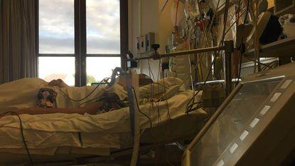 """15-jarige chiromeisje dat aangereden werd op kamp nog steeds in ziekenhuis: """"Lola heeft pijn. Maar ze is een vechter"""""""