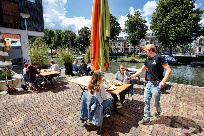 Camping Ganspoort in Utrecht, 'een tent die uitstekend draait zonder haringen en scheerlijnen'.
