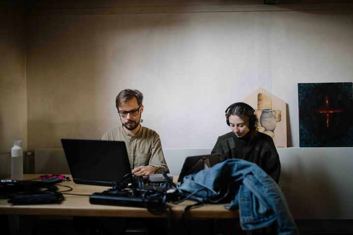 'Het Kamp van Sarah Neutkens'. Sarah en Philip luisteren naar de opnames.