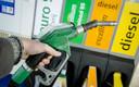Een automobilist tankt benzine
