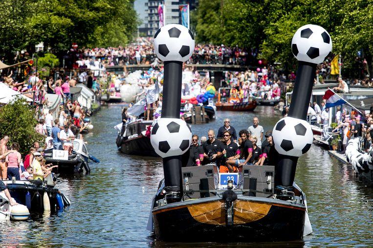 Een boot met ex-voetballers en coaches voer diverse keren mee in de Gay Pride in Amsterdam.  Beeld ANP
