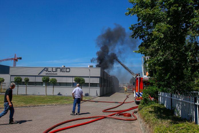 In een loods in Zwijndrecht woedt brand. De brandweer heeft opgeschaald naar zeer grote brand.