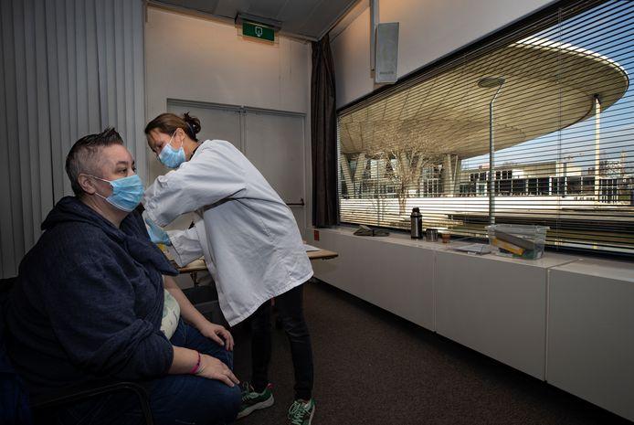Huisartsen in de regio Eindhoven gebruikten onlangs het Evoluon als locatie om circa vijfduizend mensen in te enten met AstraZeneca.