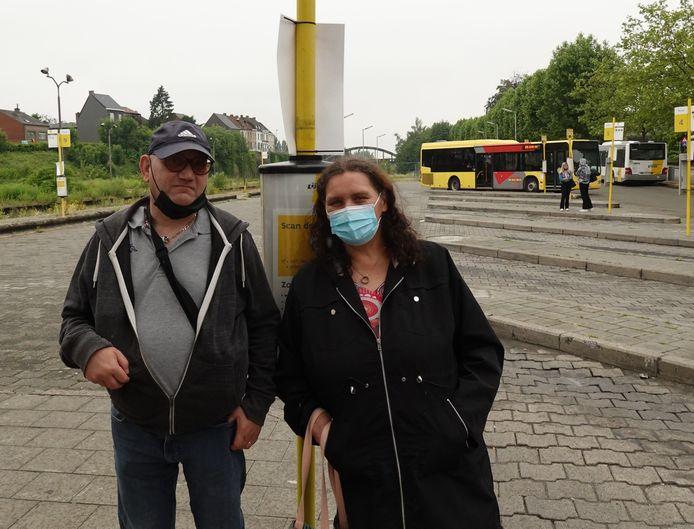Frédéric en Patricia: busreizigers op zoek naar beschutting.