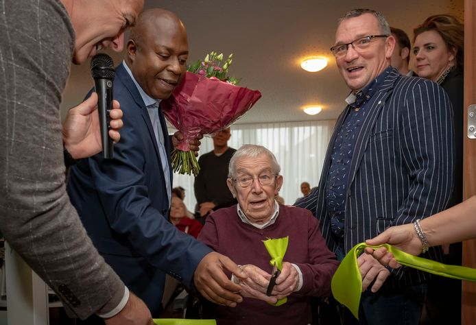 Het Markiezaathuis werd enkele maanden geleden geopend. Op de foto wethouder Andrew Harijgens (2e van links) open samen met directeur/bestuurder Han Schellekens (uiterst links), toekomstig bewoner Cees Videler (midden) en zijn zoon Leon rechts naast hem.