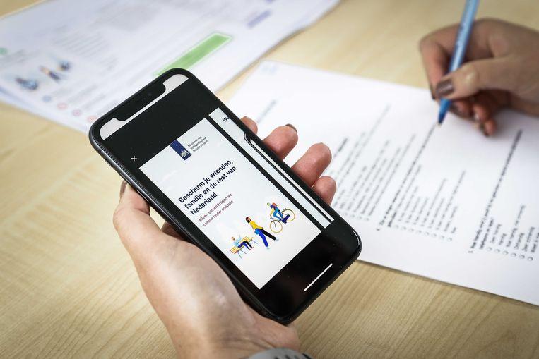 Jongeren testen in een lab van de Universiteit Twente een coronawaarschuwingsapp die in opdracht van het kabinet wordt ontwikkeld.  Beeld ANP