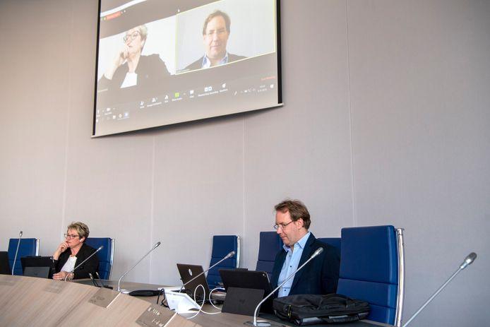 Voorzitter Janine Schiphorst (l)  en raadsgriffier Joost Leegwater in de verder verlaten raadszaal, voor de digitale vergadering van de raadscommissie in Dalfsen.