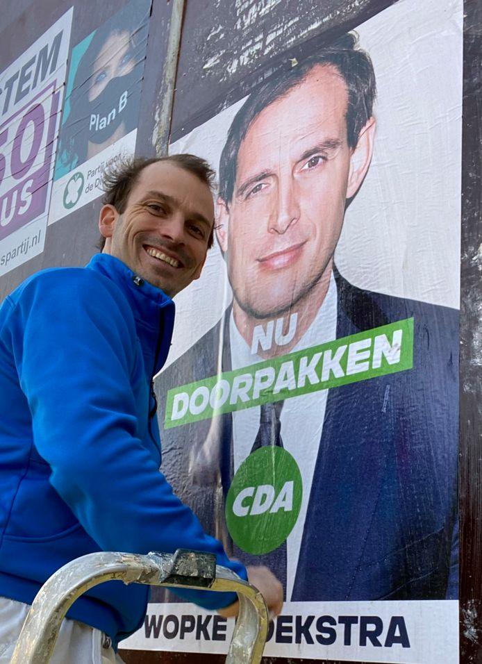 CDA-wethouder Stijn Steenbakkers uit Eindhoven met megaposter van CDA-lijsttrekker Wopke Hoekstra