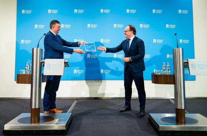Emile Roemer (links) overhandigde zijn advies over de positie van arbeidsmigranten vrijdagochtend aan minister Wouter Koolmees.