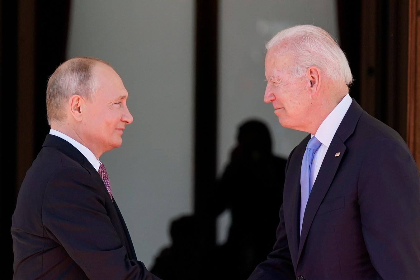 Vladimir Poetin en Joe Biden begroeten elkaar bij aankomst in Villa La Grange in Genève