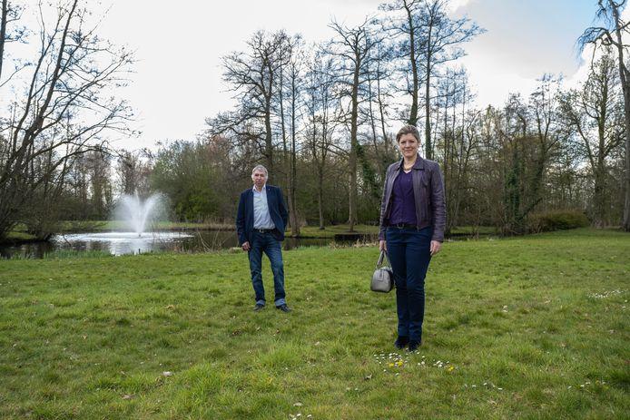 Schepenen Petra Verstappen en Werner De Nijs in park Blauwendael in Waasmunster.