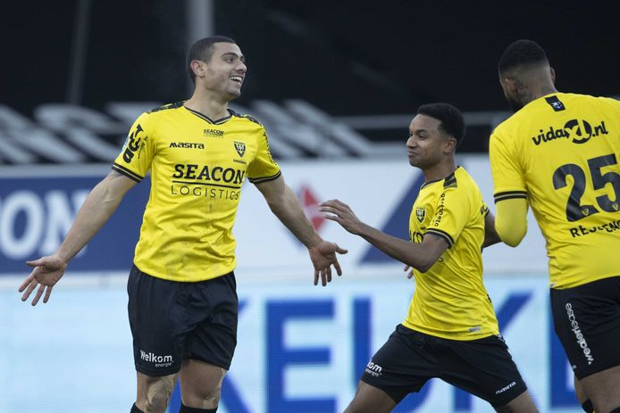 Georgios Giakoumakis (l) juicht na zijn winnende goal in blessuretijd.