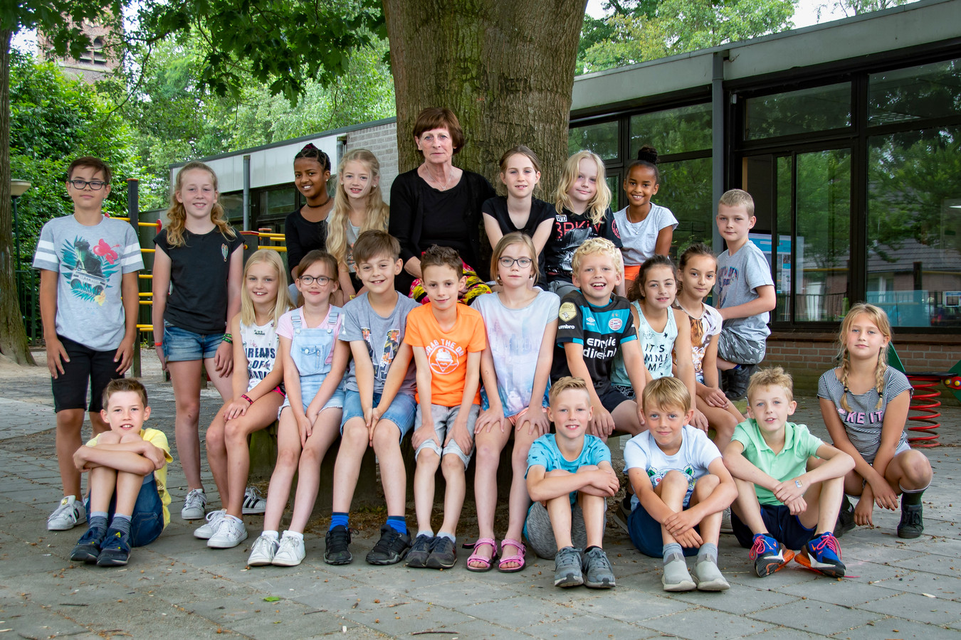 Juf Thea van basisschool De Wingerd in Esbeek tussen haar leerlingen.
