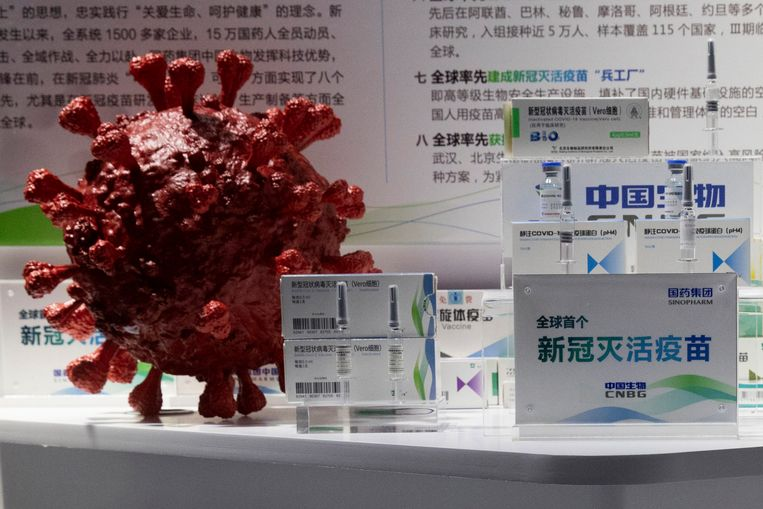 Stalen van het coronavaccin van Sinipharm tentoongesteld tijdens een medische beurs in Peking begin deze maand. Het Chinees staatsbedrijf heeft aangegeven dat honderdduizenden mensen ermee zijn geïnjecteerd. Beeld AP