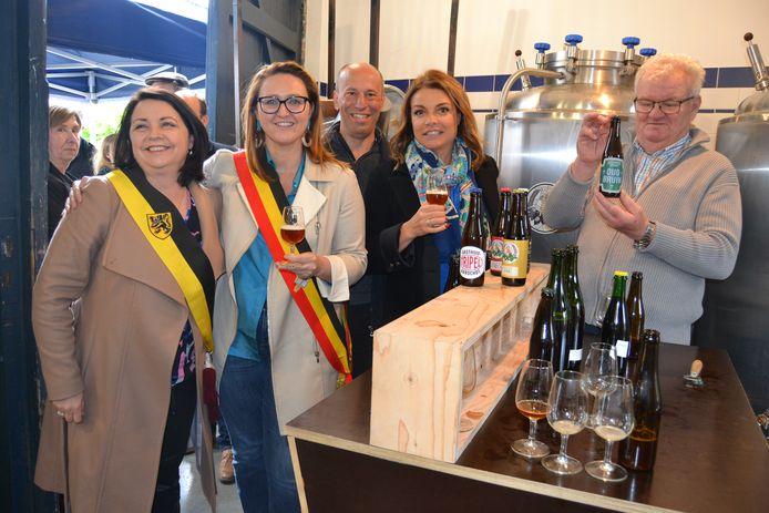 Burgemeester Gwendolyn Rutten en Goedele Liekens kwamen een glaasje Oud-Bruin proeven
